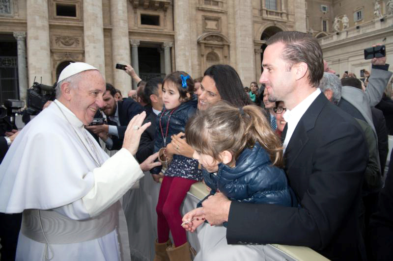 Pope Francis greets British actor Joseph Fiennes, his wife Maria Dolores Dieguez, and their two daughters at the general audience in St Peter's Square at the Vatican Feb. 3. Photo: CNS