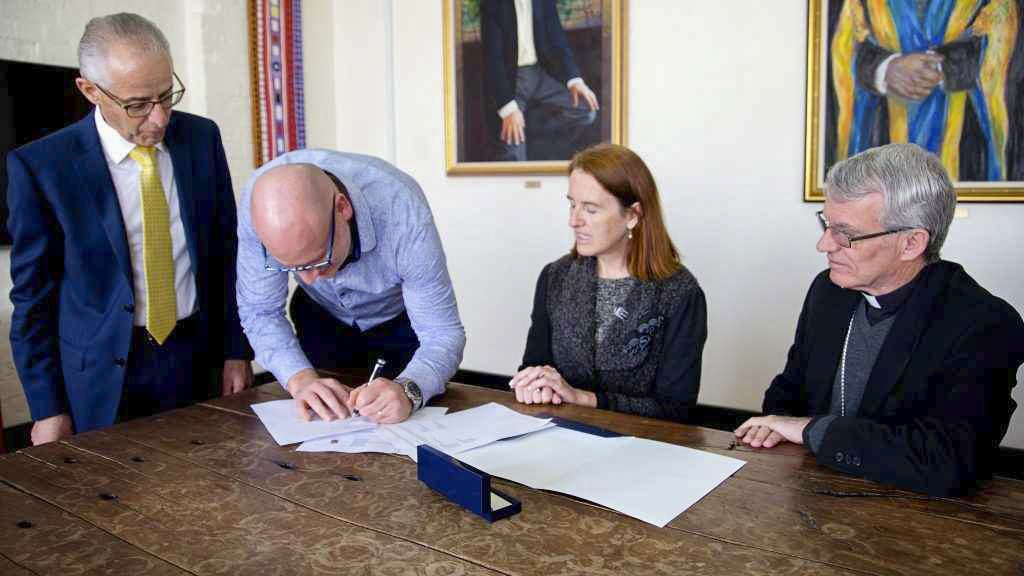 Dr Martin Drum signs the collaborative research agreement between UNDA and the Archdiocese of Perth on 5 September 2018. Photo: Amy Gibbs/UNDA.